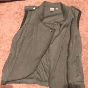 Soft green vest (perfect condition)